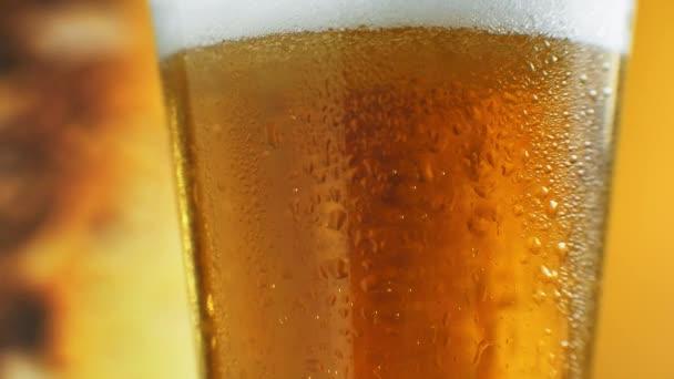 A csapos hideg sört önt az üvegbe közelről, fesztiválos ital, hideg ital. Készletfelvétel