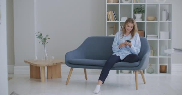 Vicces eufórikus fiatal nő ügyfél ünnepli nyertes ajánlatot, vagy egyre e-kereskedelmi vásárlási ajánlatot okostelefonon. Izgalmas lány győztes nézi a mobiltelefon alkalmazás ünneplő siker koncepció.