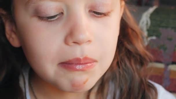 Dívka se těší zmrzlina v oplatkovém kornoutku. Detailní záběr