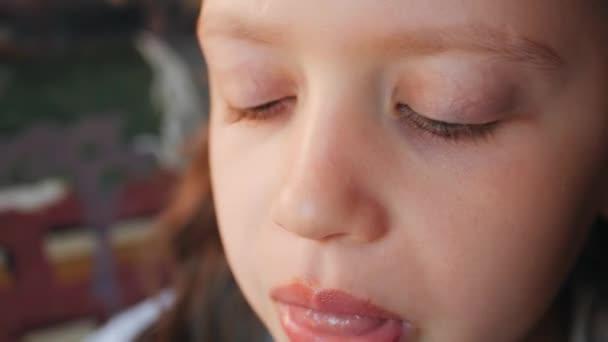 Baby Mund beißt Schokoladeneis Nahaufnahme.