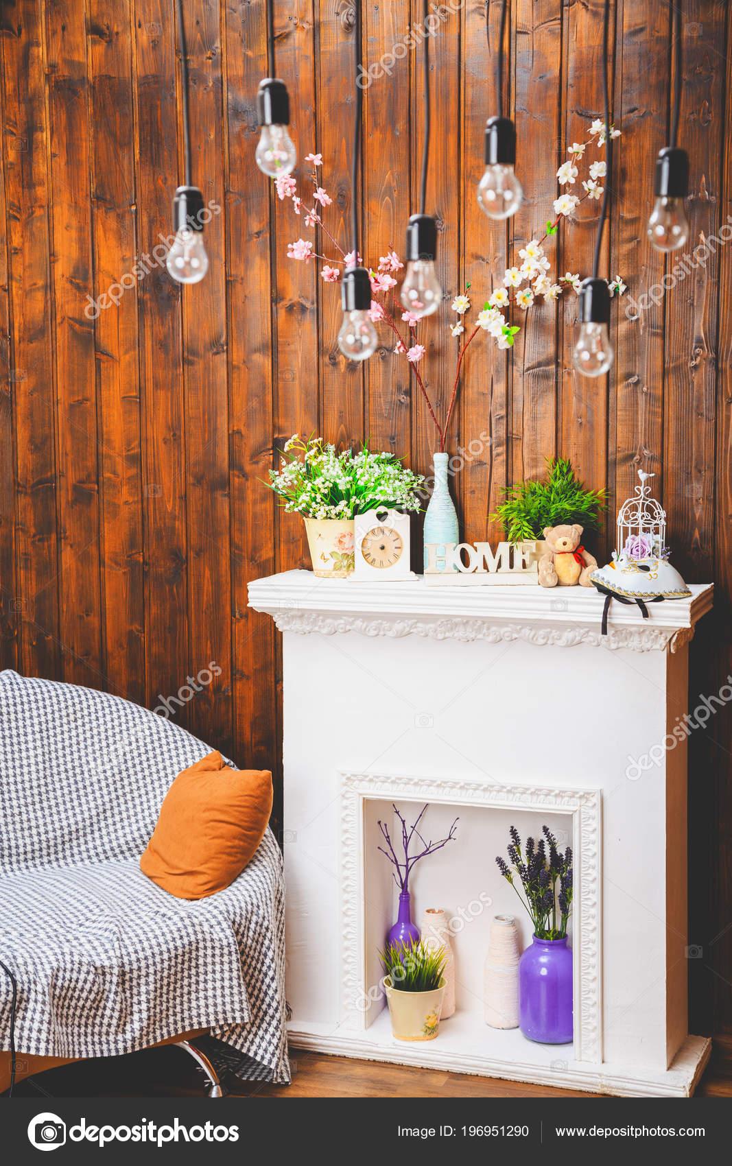 gezellig huis interieur, klok, vaas met bloemen, toy bear, sofa ...