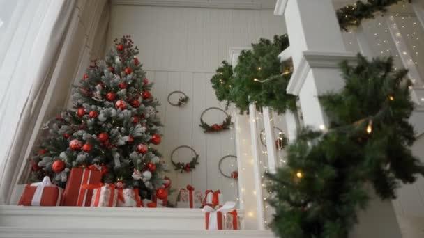 Zdobené vánoční pokoj s krásné borovice