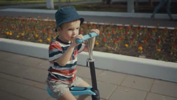 Šťastný chlapec dva roky staré, vlastní invenci v letním parku