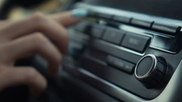 Žena ladění hlasitosti rádia v autě