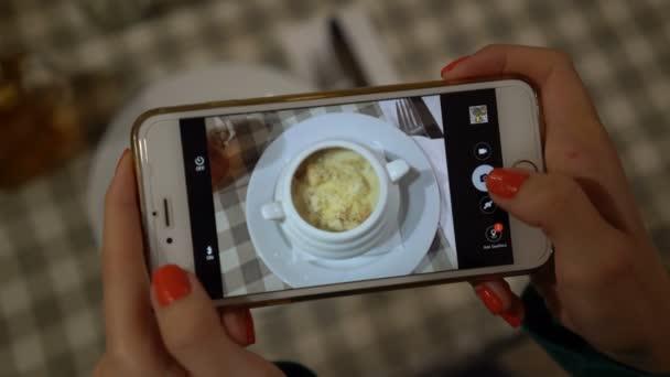Nahaufnahme von Händen mit Smartphone und nehmen Foto von Lebensmitteln für soziale Netzwerke