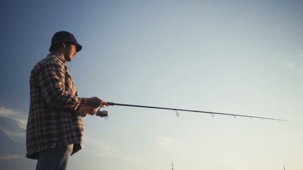 Mladý rybář aktivně rybolov na jezeře