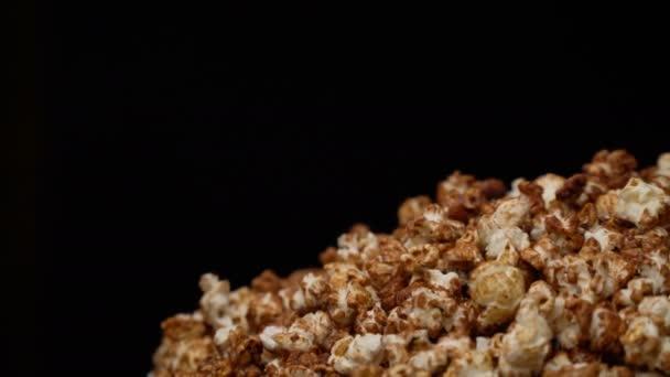 Pohled shora popcorn na rotační stůl plný kuří oka v pomalém pohybu.