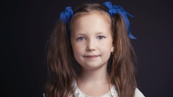 Filmmaterial Porträt hübsches junges Mädchen auf dunklem Hintergrund.