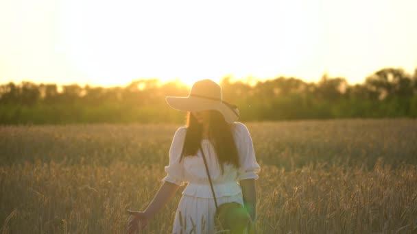 Fiatal lány Szalmakalapot a búza Field