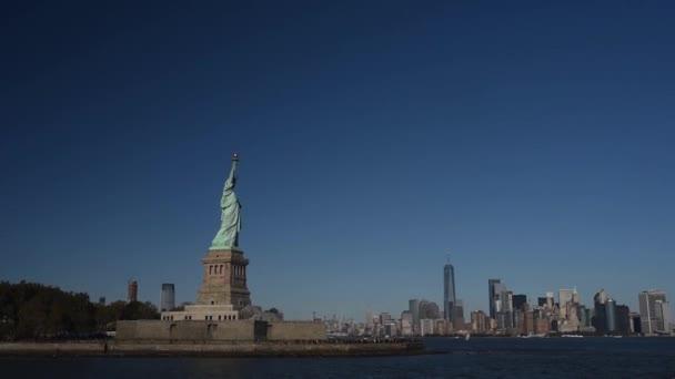 Szabadság-szobor látható a komp a Hudson-folyóra. A New York-i jelképe.