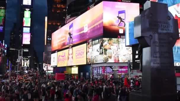 Times Square v noci. Auta na koni a pěší chůze na náměstí Times Square, centru Manhattanu. Proslulé ulice New Yorku