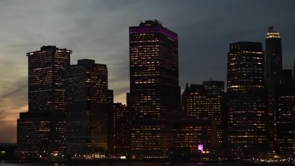 Incredibile vista panoramica dellorizzonte di Manhattan di New York City di notte sopra il fiume di Hudson. Sightseeng tour a New York nel crepuscolo.