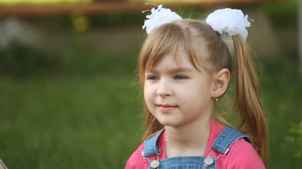 hezká dívka sedící v parku