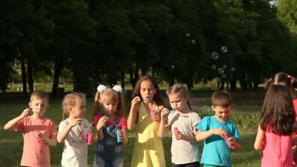 Gruppe von Kindern im Park Seifenblasen und Spaß