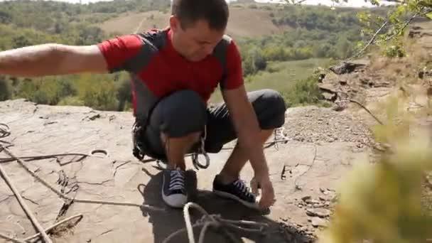 Kletterausrüstung Günstig Kaufen : Kletterer tragen sicherheitsgurt und kletterausrüstung