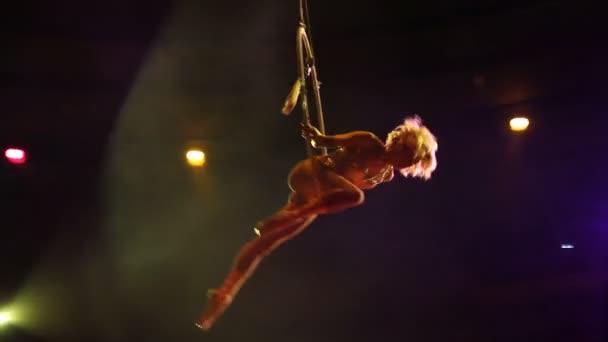 Junge Mädchen führt die akrobatischen Elemente in der Luftring