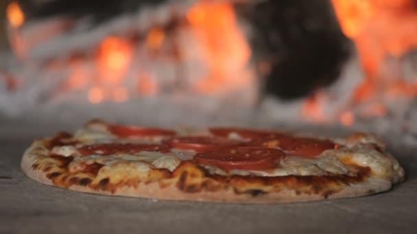 Italská pizza se vaří v peci na dřevo