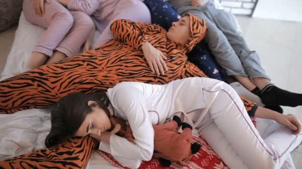 Meg alszik az ágyban, miután egy fél