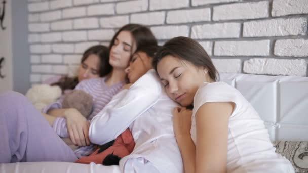 Lányok alszik az ágyban, miután egy fél