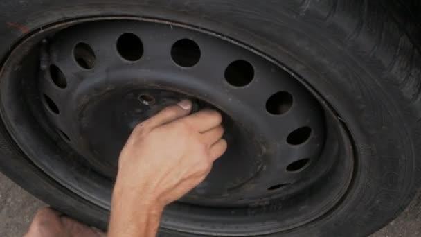 Automechaniker repariert Autorad an Reparatur-Tankstelle