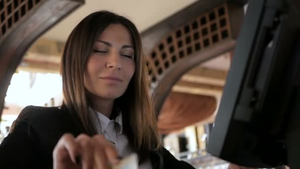 Číšník dívka pracuje s pos terminál nebo pokladní v kavárně. Lidé a servisní koncept
