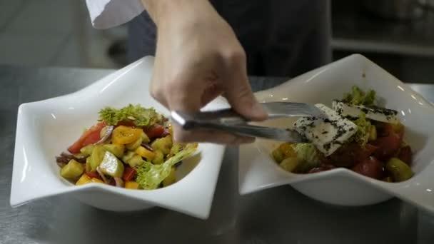 Kuchař dá Řecký salát na jídlo v restauraci