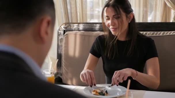 Ein Paar isst Pizza in einem Restaurant