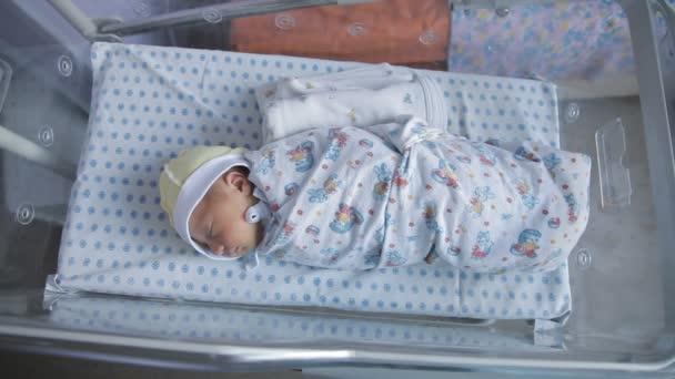 Novorozená holčička v porodnici