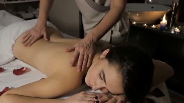 Zblízka mladá dívka s rukou, masáže ve spa salonu