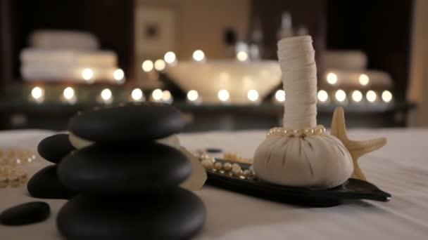 Krásné lázeňské složení na masážní stůl ve wellness centru