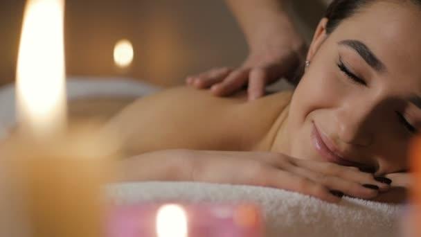 Krásná mladá dívka relaxační masáž v lázních krása