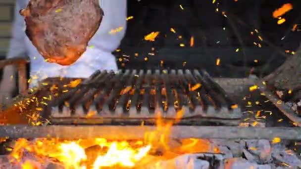 Hovězí steak je vařený na grilu s jiskřičky. Hovězí Rib BBQ