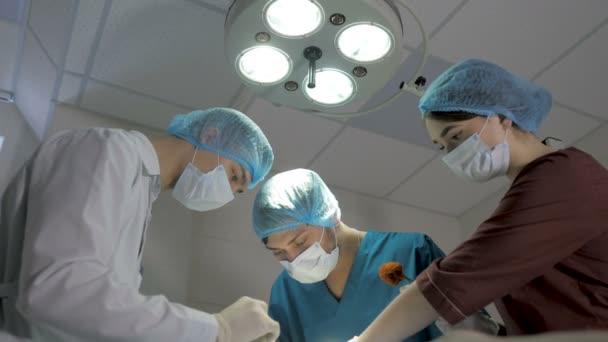 Chirurgen operieren. Reanimationsmediziner tragen Masken mit medizinischen Werkzeugen