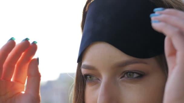 Szexi lány viselt fekete álarc jellegű háttér