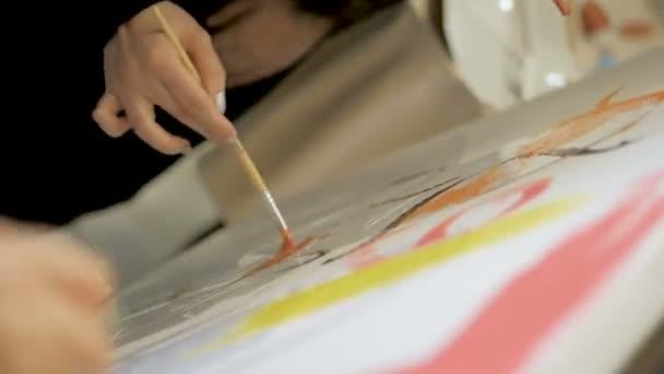 A gyerekek valamit színes festékekkel rajzolnak