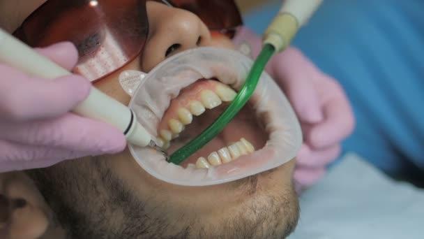 Zavřít profesionální zubní krém na klinice