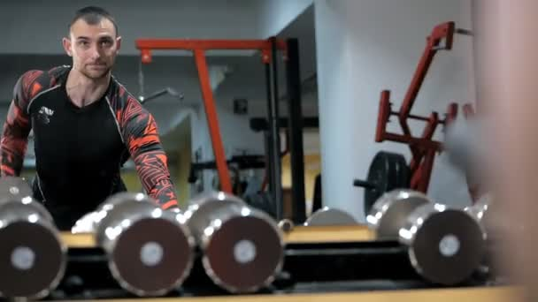 Brutální, silný kulturista pumpují svaly, cvičením v tělocvičně