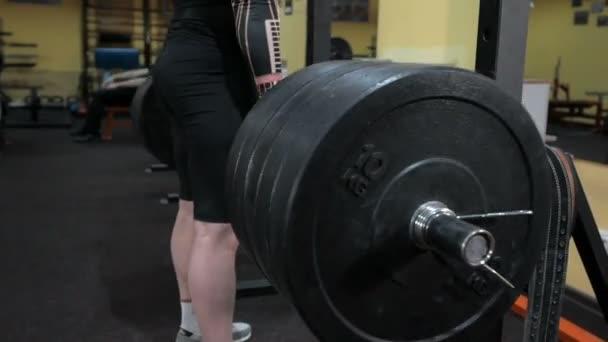 Bodybuilder pumpují svaly do tělocvičny, kondice