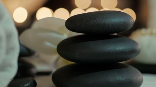 Krásná lázeňská kompozice na masážním stole ve wellness centru