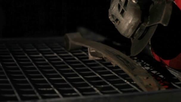 A meghajtó sarokcsiszoló, egy sötét háttér a szikra