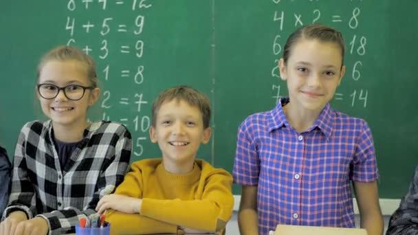 spolužáci spolu vystupují v učebně