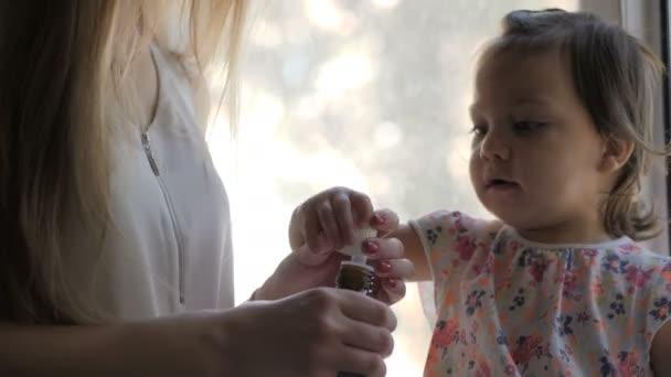 Krankes kleines Mädchen nimmt Hustensaft