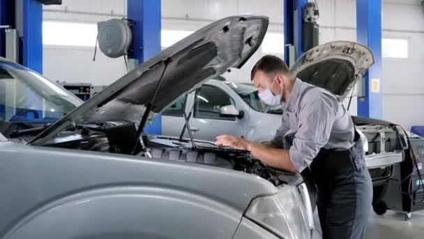 Professionelle Kfz-Mechaniker arbeiten in Auto-Reparatur-Service