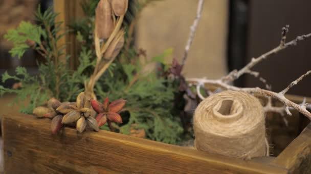 Komponenty pro výrobu vánočního věnec pro domácí dekoraci. Květinové aranžmá