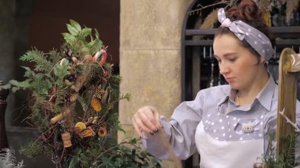 Květinářství v práci. Jak udělat vánoční věnec s květinovým aranžmá. Krok za krokem, výuka