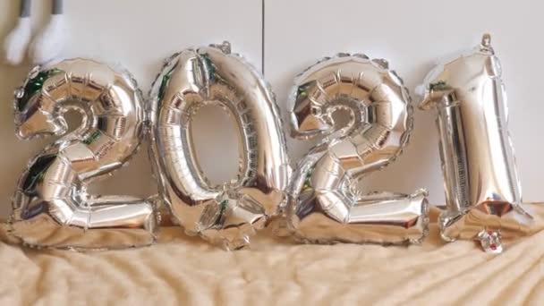 Szilveszter ünnepi összetétele 2021 ezüst lufik