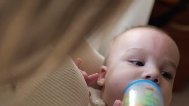 Detailní pohled na matku krmení její dítě mléko z láhve