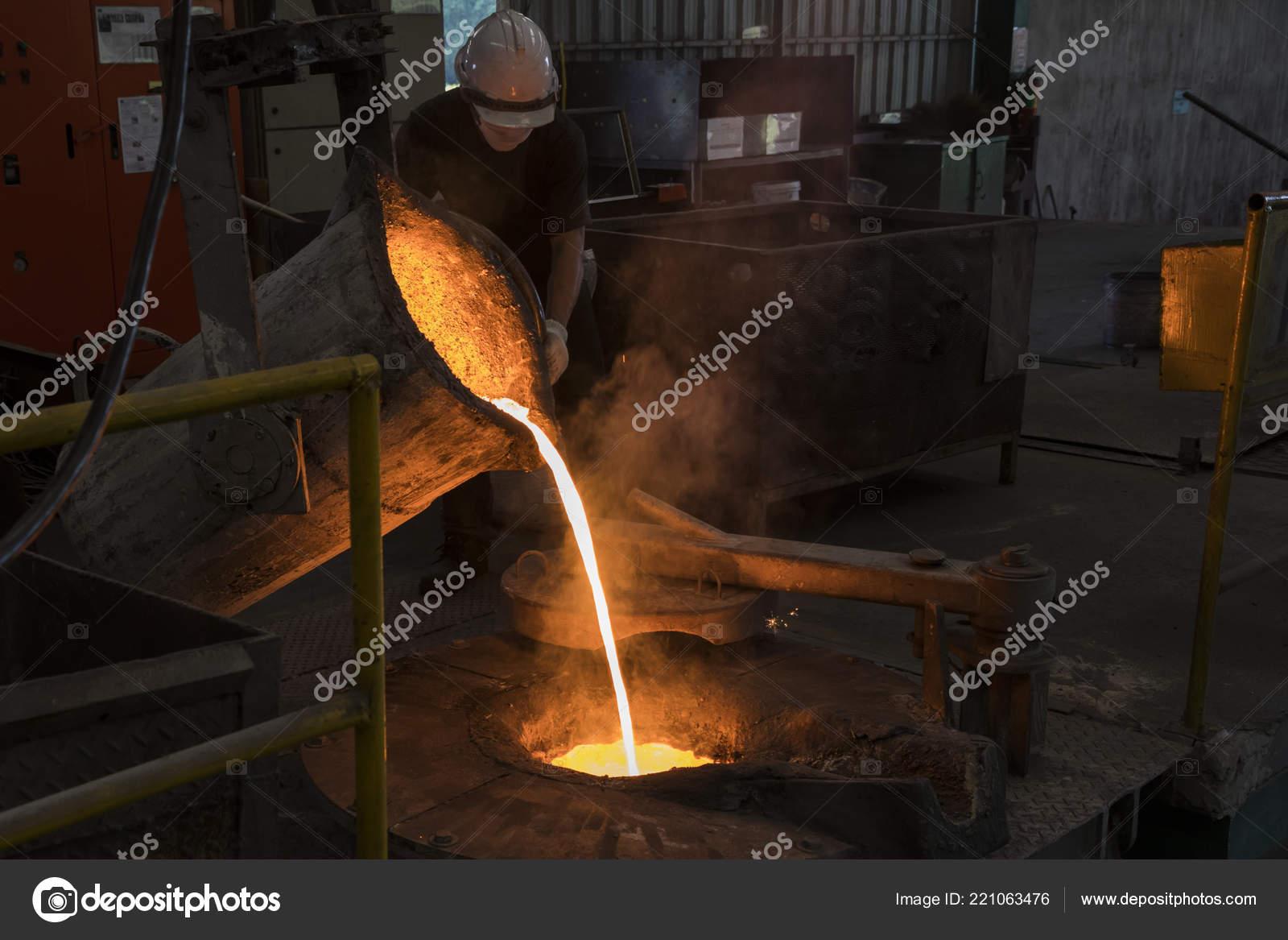 Hierro fundido vierte cuchar n fusi n horno proceso for Horno de hierro fundido