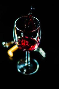 """Картина, постер, плакат, фотообои """"лить красное вино в бокале, празднование момент с бокалом вина, изысканный ликер для гурманов, винзавод"""", артикул 204188214"""