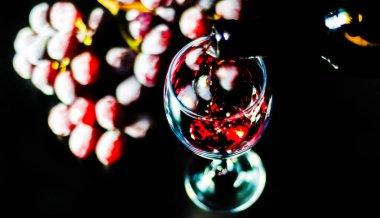 """Картина, постер, плакат, фотообои """"лить красное вино в бокале, празднование момент с бокалом вина, изысканный ликер для гурманов, винзавод"""", артикул 204188348"""